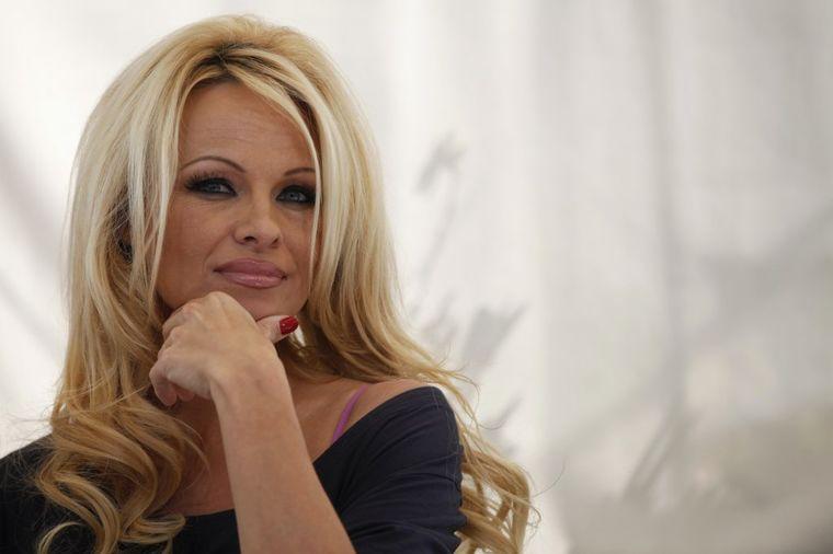 Pamela Anderson odbila da se polije vodom: Izazivam naučnike da ne vrše testiranja na životinjama!
