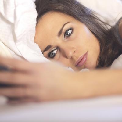 Proveravate mobilni pre spavanja? Evo šta time radite svom mozgu!