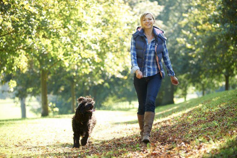 Devojka sa psom