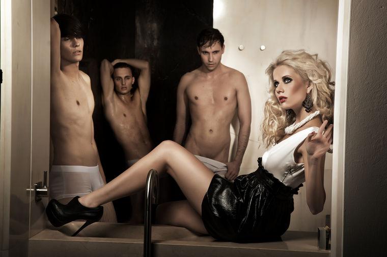Devojka sa muškarcima
