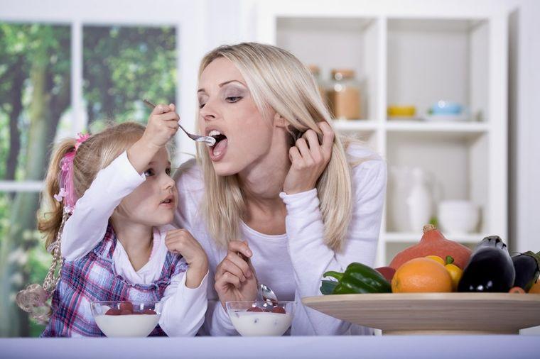 mama-i-cerka-jedu-vocni-jogurt-139627402