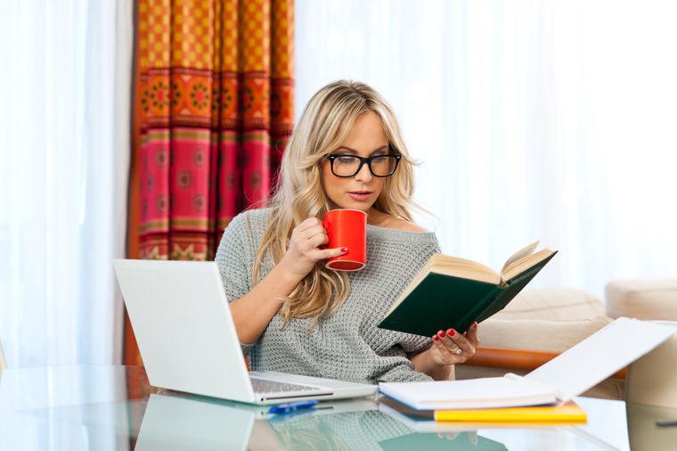 Što misliš da sada radi osoba iznad prikaži slikom - Page 5 Devojka-pije-kafu-i-cita-1396811008-32236