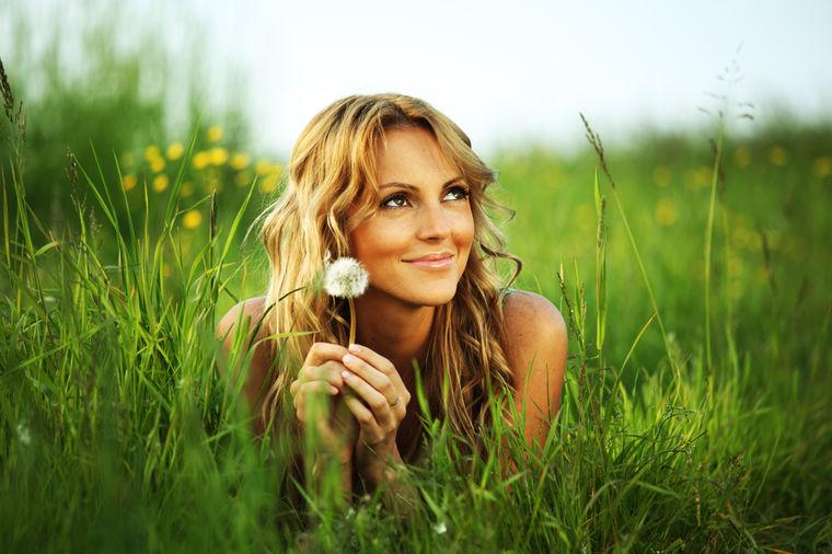 Devojka u cveću