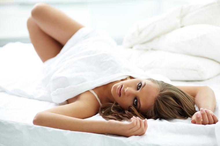 Devojka u krevetu, Shutterstock