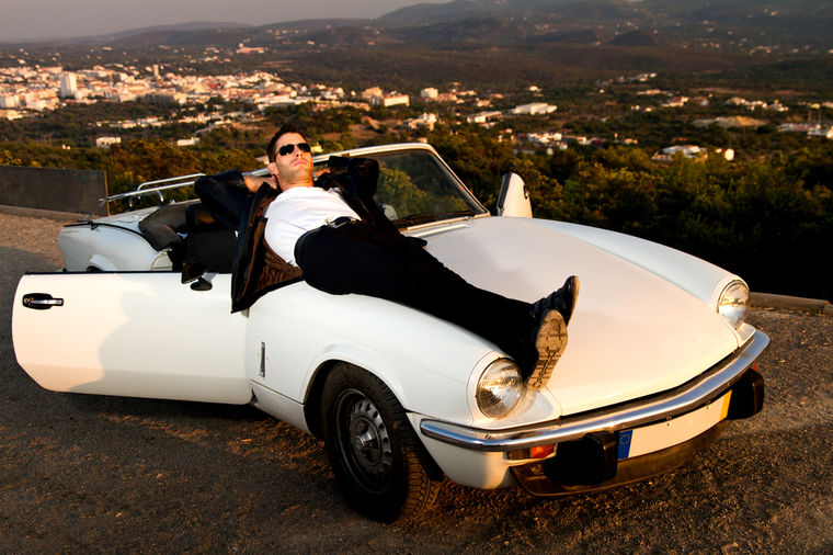 Muškarac i automobil