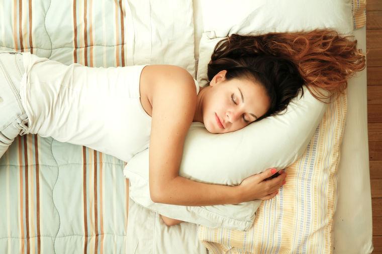 Spavanje na levom boku je najbolje što možete da uradite za sebe: Evo zašto!