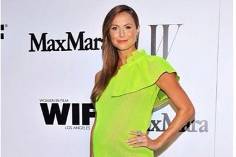 Trudnički stil Stejsi Kibler: Neonsko zelena haljina za leto! (FOTO)