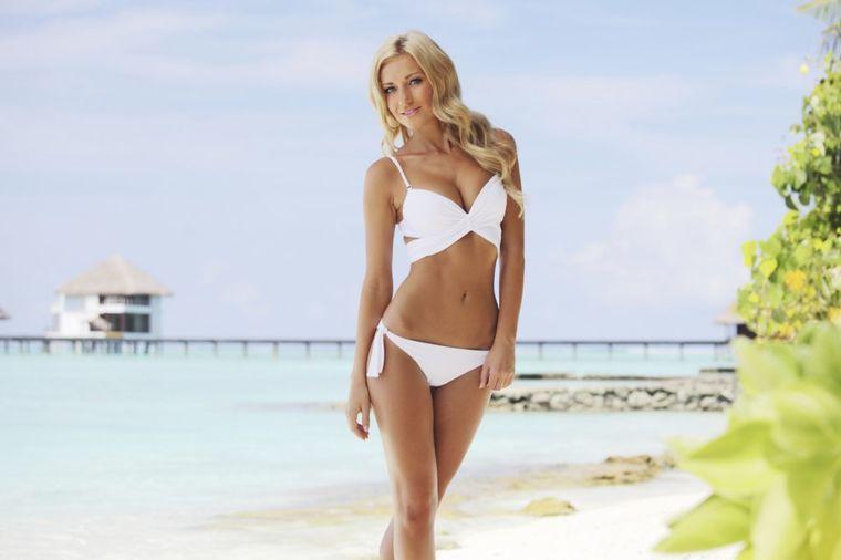 Devojka u bikiniju