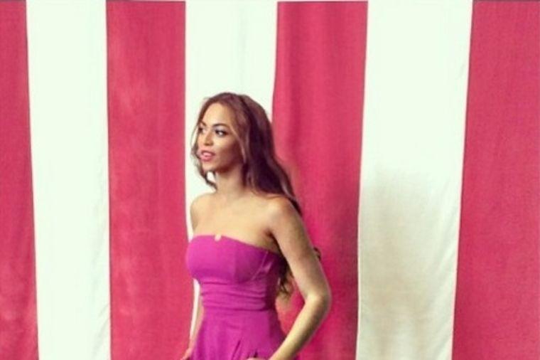 Bijonse u šik izdanju: Pink kombinezon i teget salonke! (FOTO)