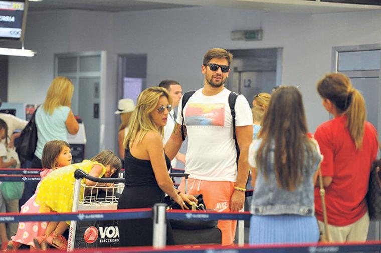 Ana Kokić i Nikola Rađen zaustavili avion (FOTO)