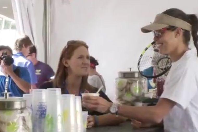 Iznenadila fanove: Ana Ivanović prodavala sladoled! (VIDEO)