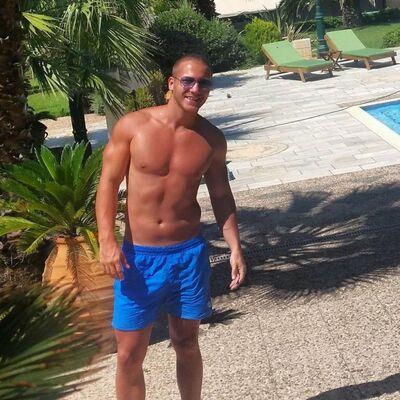 Saša Kovačević preplanuo i zategnut: Šta mu bolje stoji, beli ili plavi šorts? (FOTO)