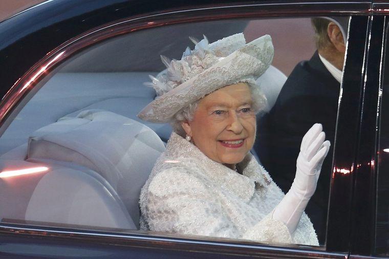 Kraljica Elizabeta II zbunjena opsesijom mobilnim telefonima