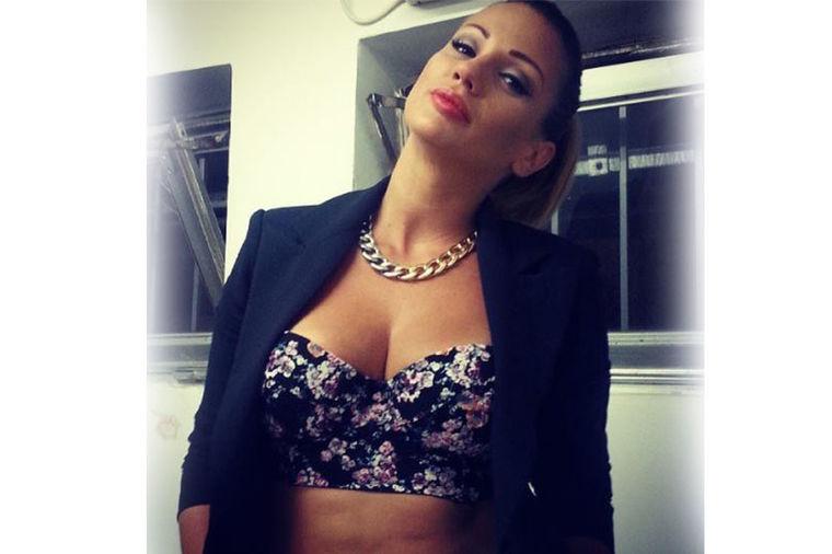Atraktivna Ana Kokić: Istakla dekolte i ravan stomak! (FOTO)