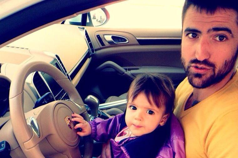 Janko Tipsarević uči ćerkicu da vozi: Prvi čas vožnje male Emili! (FOTO)