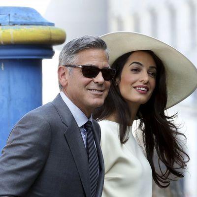 Klunijeva mlada u elegantnom i jednostavnom: Šešir, top i pantalone za građansko venčanje (FOTO)