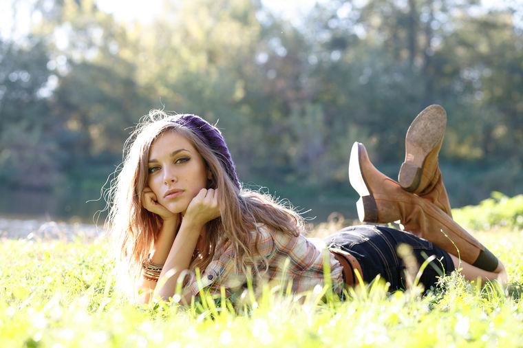Devojka u prirodi