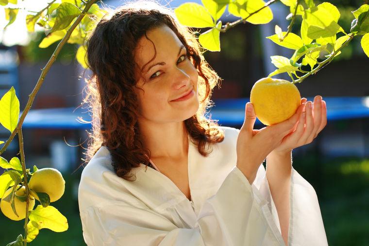 Devojka sa limunom