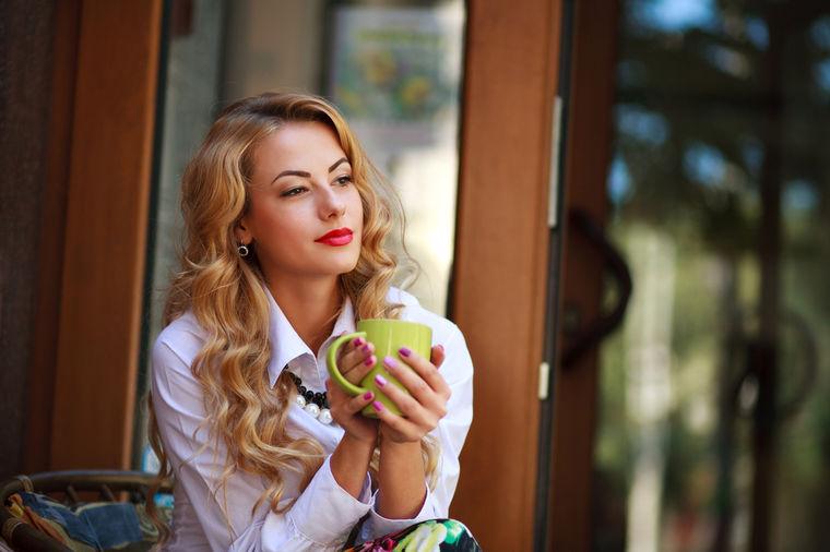 Devojka pije čaj