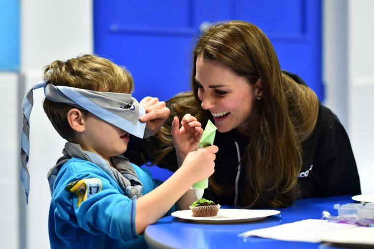 Opuštena Kejt Midlton u trenerci: Učila decu kakav je život ljudi sa posebnim potrebama! (FOTO)