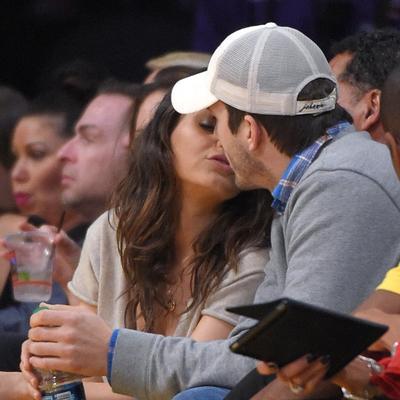 Mila Kunis i Ešton Kučer ne mare za okruženje: Poljupci leteli na sve strane tokom utakmice! (FOTO)