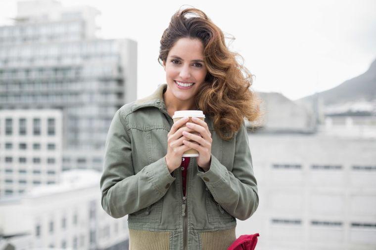 Devojka sa kafom