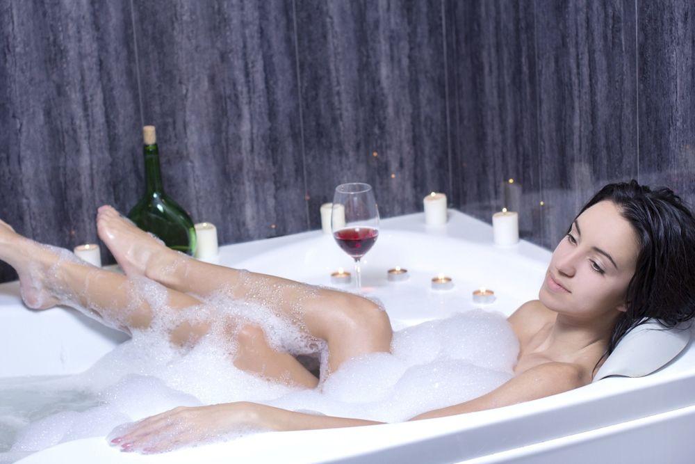 Девушка принимает ванну, попивая шампанское  258234