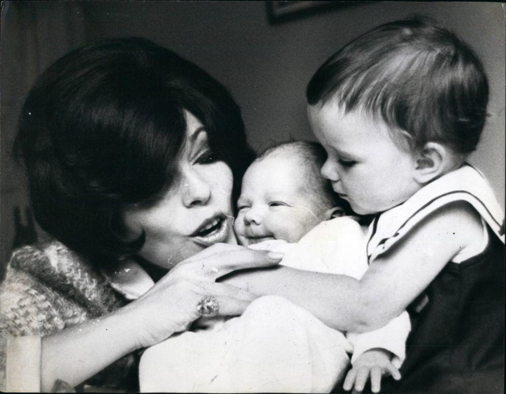 Džoan sa ćerkom Tarom i sinom Aleksandrom