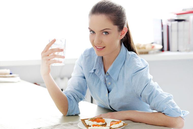 Bez limuna i meda, dovoljna je čaša tople vode: 6 razloga da je pijete na prazan stomak!
