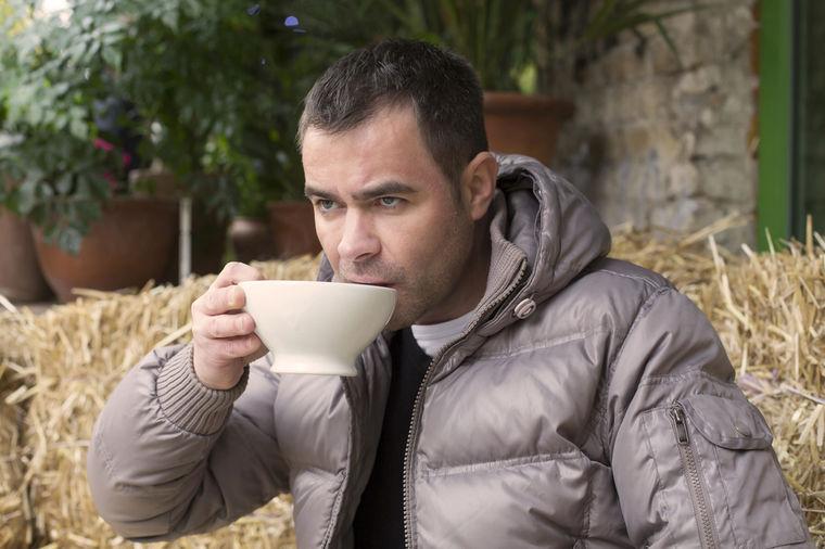 Pio je 4 litra ledenog čaja dnevno: Rezultati eksperimenta šokirali lekare!