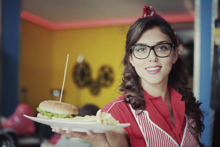 Bivši radnici restorana brze hrane otkrili: Šta nikada ne bi naručili, odvratne tajne posla!