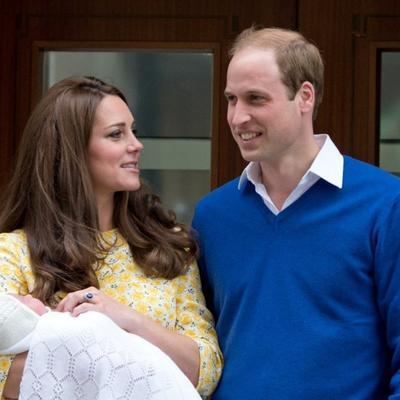 Svet upoznao malenu britansku princezu: Ovako je protekao njen prvi dan! (FOTO, VIDEO)