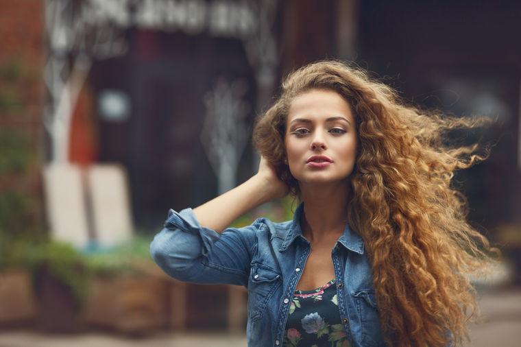 Ispiranje kovrdžave kose čajem: Tehnika koju žene koriste već vekovima!