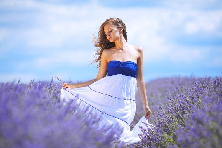 Devojka u polju cveća