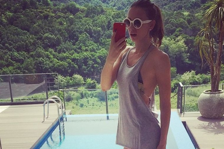 Emina Jahović otvorila sezonu kupanja: Uživancija na luksuznoj terasi! (FOTO)