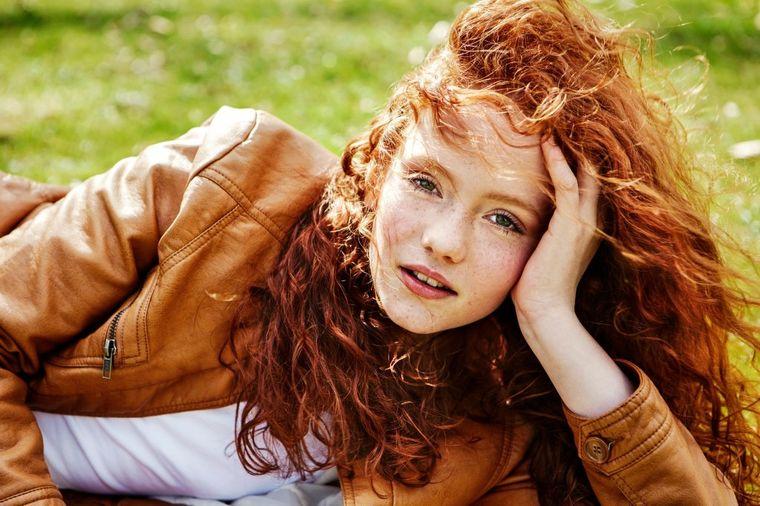 Devojka kovrdžave kose