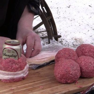 Limenku piva obložite mlevenim mesom i stavite na roštilj: Ostaviće vas bez teksta! (VIDEO)