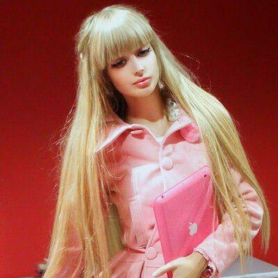 Bizarno odrastanje: Od mene su napravili živu lutku, plašim se stvarnog života! (FOTO)