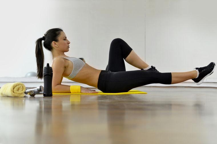 Devojka radi vežbe