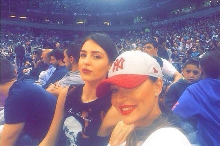 Ceca i Anastasija na košarkaškoj utakmici: Navijački duo!