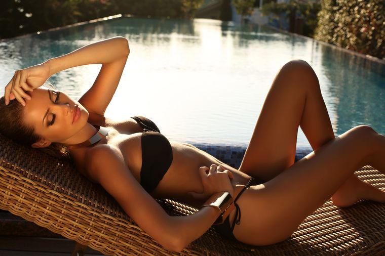Devojka pored bazena