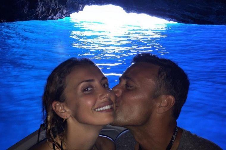 Neodoljiva Emina Jahović: Ovako pevačica uživa na brodu! (FOTO)