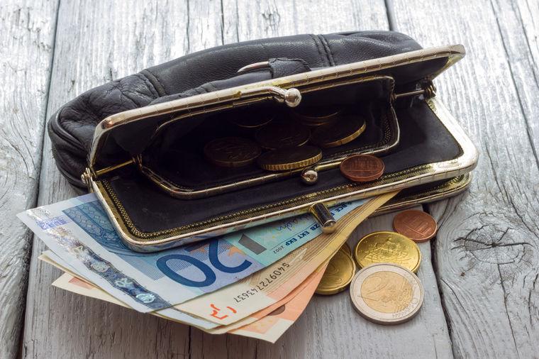 Kragujevac: Čistačica pronašla 5.000 evra pa vratila vlasniku!