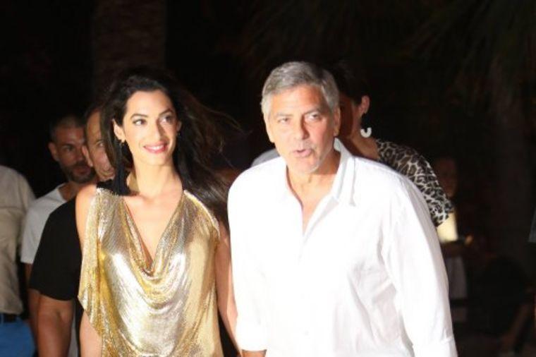 Zlatna haljina Amal Kluni: Glamurozan izgled koji mami uzdahe! (FOTO)