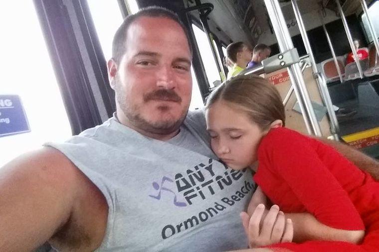 Samohrani tata oduševio internet: Evo čemu uči druge očeve! (FOTO)