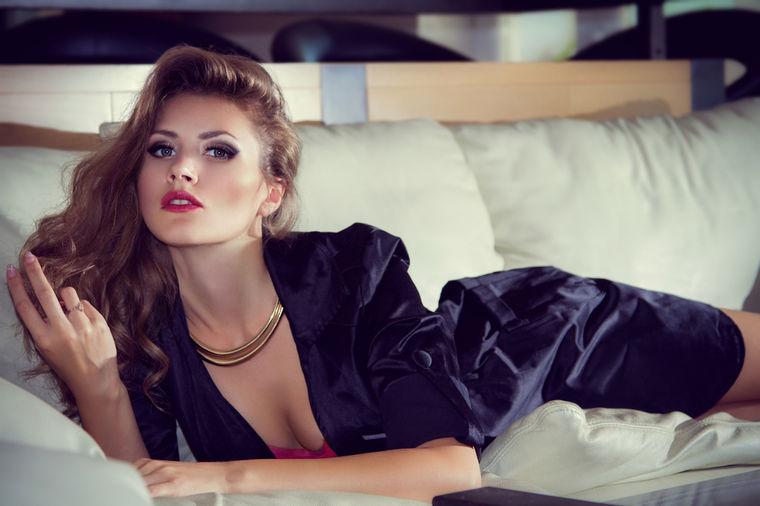 Devojka na krevetu