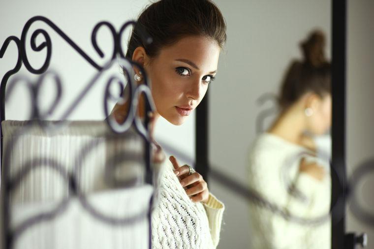 Devojka ispred ogledala