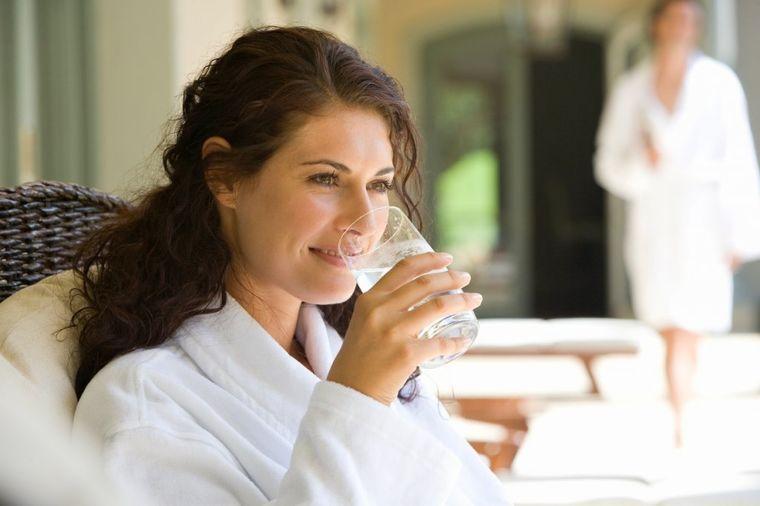 Lečenje pravilnim ispijanjem vode: Smanjićete pritisak već nakon nedelju dana! (VIDEO)