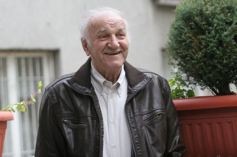 Hrabro se oporavlja: Bata Živojinović skinut sa aparata!