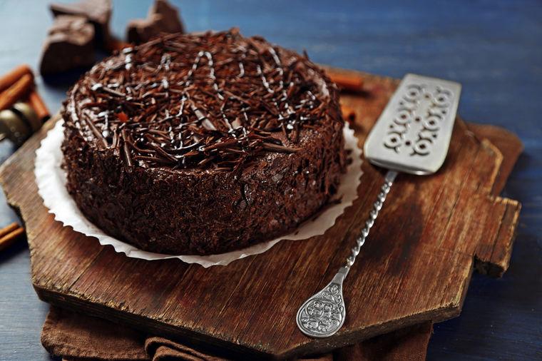 Svečana čokoladna torta: Neodoljivi slatkiš sa orasima i lešnicima! (RECEPT)